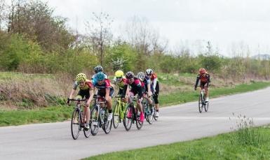 8 women form the main break in the race